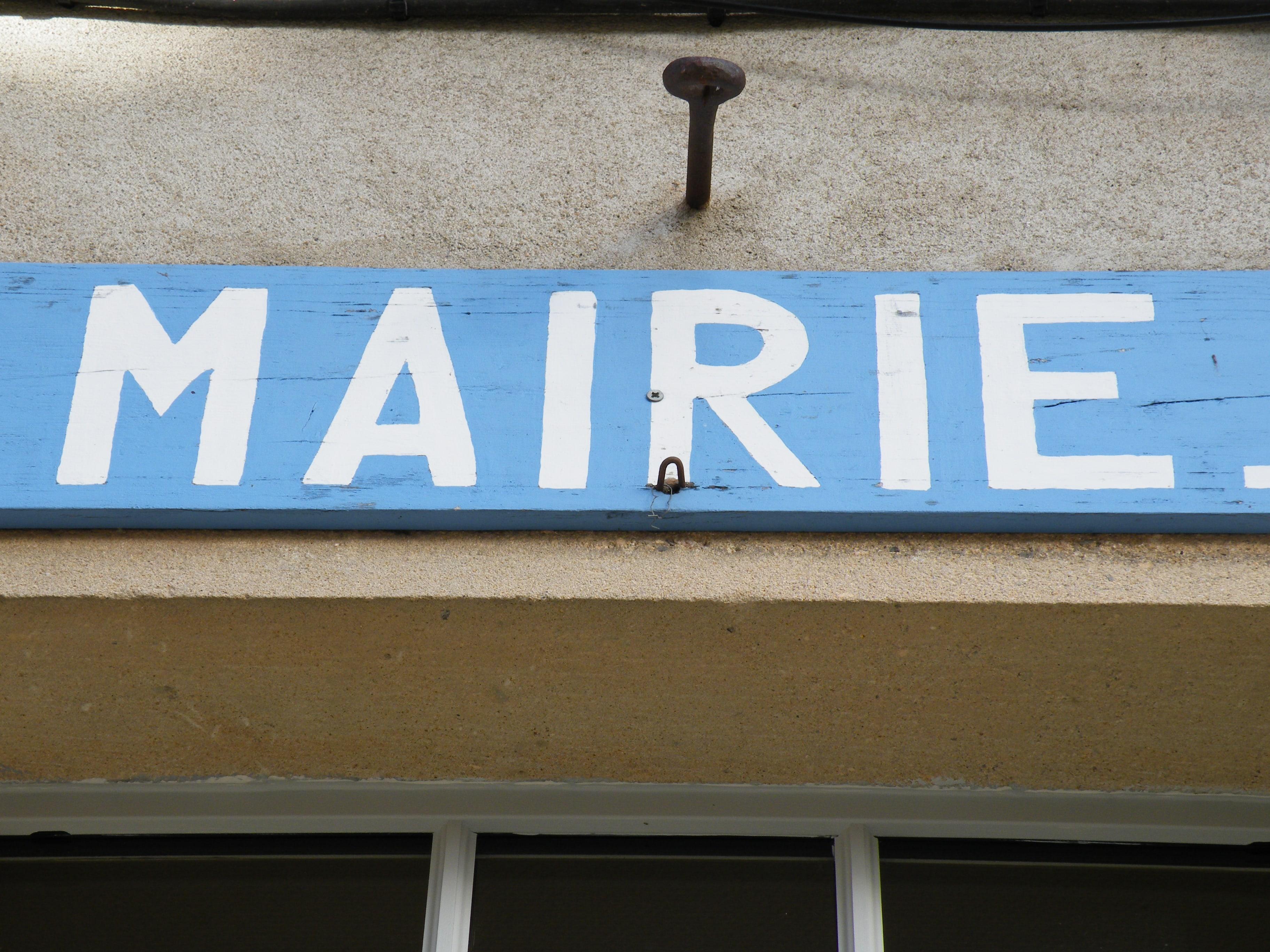 Sur la façade de la Mairie Agonges